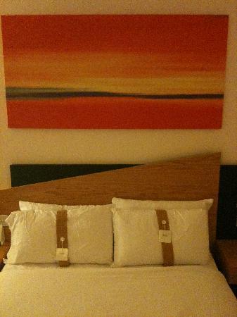 Holiday Inn Express Strathclyde Park M74 Jct5: Main Bed