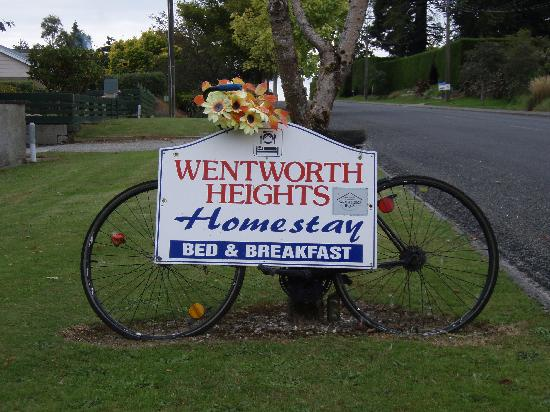 Wentworth Heights Bed and Breakfast: driveway sign