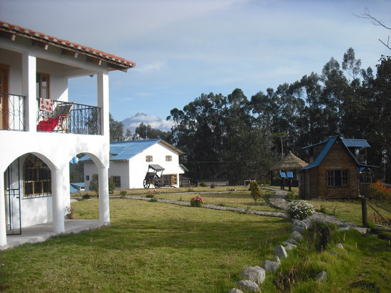 Hosteria Rose Cottage: View towards Cotacachi, family house Chimborazo on the left and restaurant ahead