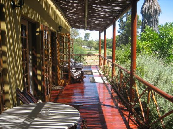 Gumtree Guest House: Deck outside rooms 5-7 overlooking garden, pool and river