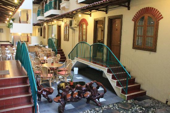 Surya Asia Hotel: Dining lounge