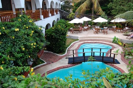 Hotel Silberstein: a view of the beautiful pool and garden at silberstein
