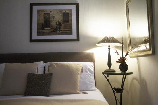 Arlana Guest House: Comfortable beds with soft white laundered sheetsawaits