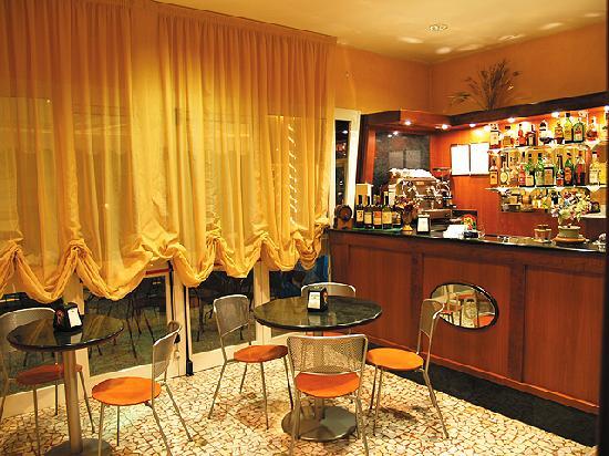 Hotel Candido: il bar dell' hotel attrezzatissimo con annesso dehors