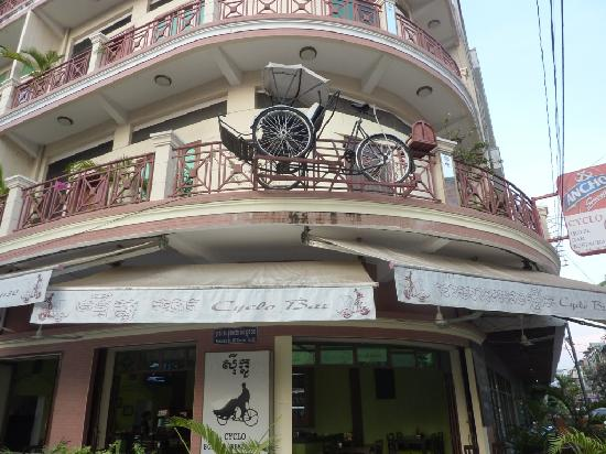 Le Cyclo: front of the hotel