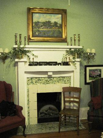 Katy House Bed and Breakfast: Charming Parlor - A Common Gathering Place for Guests