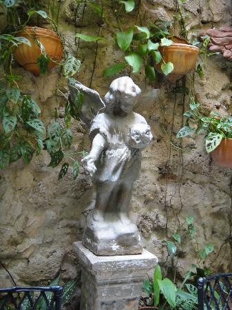 Casa La Fe - a Kali Hotel: Angel en el patio