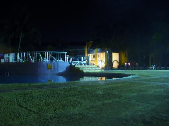 Brisas del Caribe Hotel: pool outside our room at night