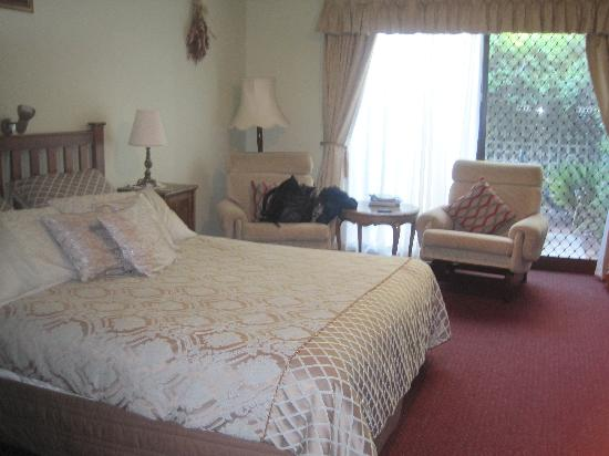 The Noble Grape Guest House: Room 5 - the chairs and bed were super comfy