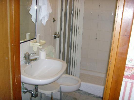 mini baño viejo: fotografía de Terni Hotel, Roma - Tripadvisor