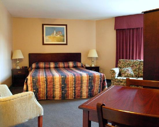 Coastal Inn Dartmouth: King Suite