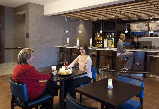 Courtyard by Marriott Madison East: The Bistro - Eat.Drink.Connect.