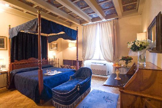 Hotel Loggiato dei Serviti: superior room overlooking Santa Maria Annunziata's square
