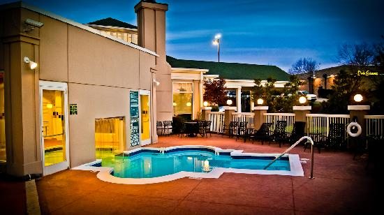 Hilton Garden Inn Charlotte North: Outdoor/Indoor Seasonal Pool