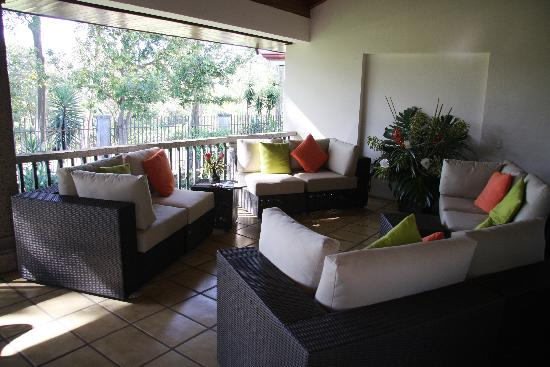 Terrazas de Golf Boutique Hotel: Back terrace lounge area