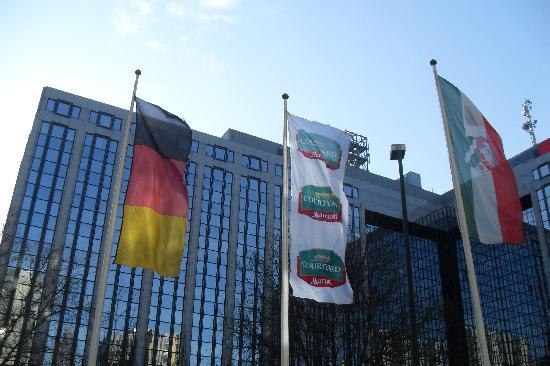 Courtyard Düsseldorf Seestern: Oberkassel Flags