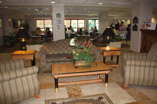 Wingate by Wyndham Tampa/At USF: Lobby and Breakfast Area