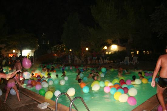 Camping Le Rebeau : Pool party at night