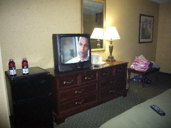 Holiday Inn Express Williamsburg: Dresser. Refrigerator. Table.
