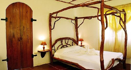 Aguas Zarcas, Costa Rica: Casita bedroom with handmade bed