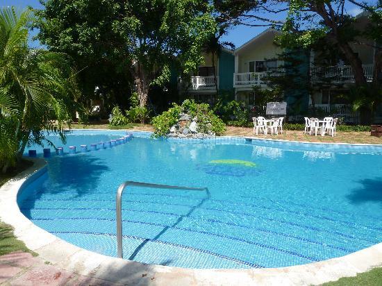 Fantasy Island Beach Resort: swim-up bar pool