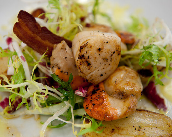 The Penny Black Restaurant & Bar : Seared scallops, fried potatoes, crispy bacon, mixed salad