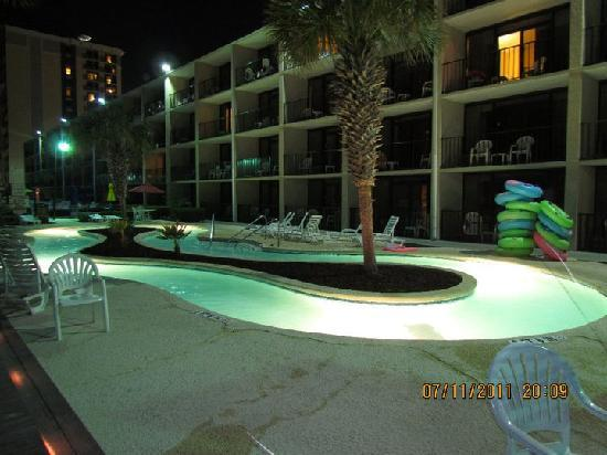 Compass Cove Oceanfront Resort: lazy river at night