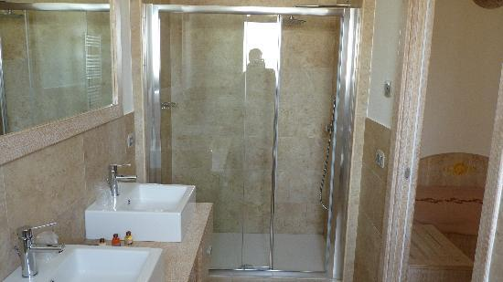 Bagno camera matrimoniale standard foto di hotel domomea for Camera matrimoniale e piani bagno