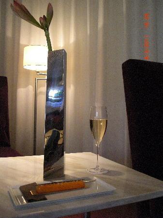 Maison Pic : une patisserie avec une coupe du champagne