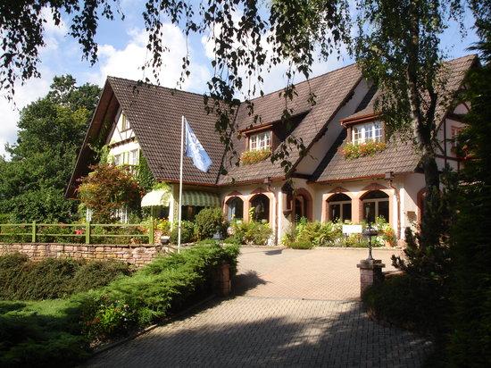 Hostellerie La Cheneaudiere - Relais & Chateaux: Une des façades de l'hôtel