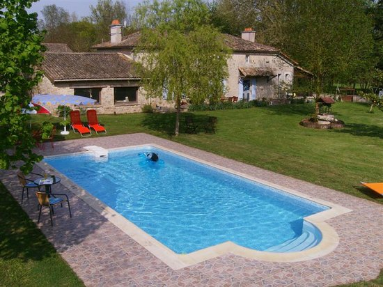 Sainte-Soline, France: The Swimming Pool