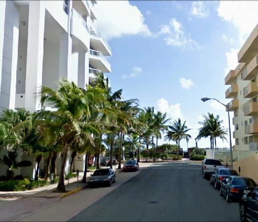 Ocean Spray Hotel: La strada fronte Hotel per spiaggia
