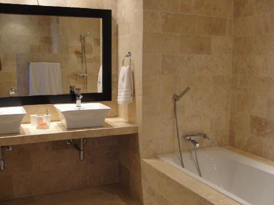 Beach Palace Cabarete: Master Bathroom with Bathtub and separate Shower