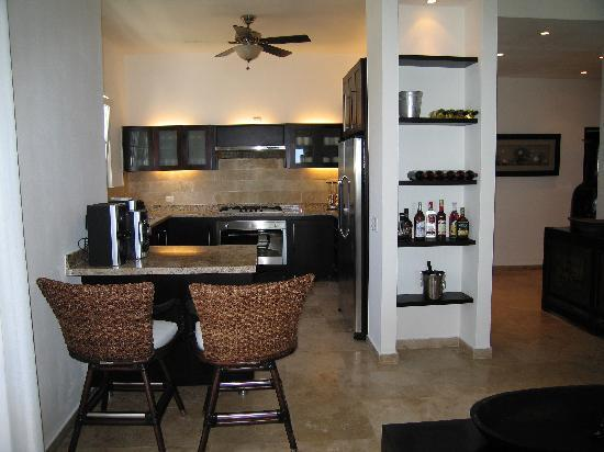 Beach Palace Cabarete: Kitchen with granite counter top & stainless steel appliances