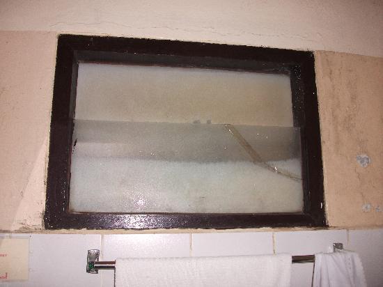 Green Guesthouse: salle de douche coté lavabo