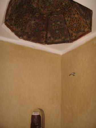 Riad La Cigale: Techo del baño