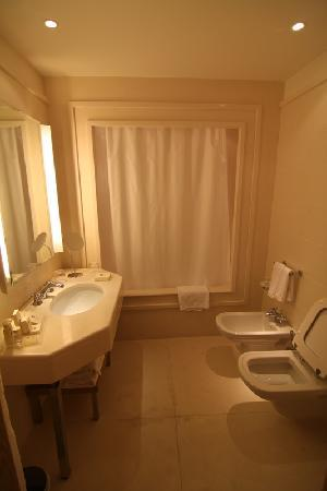 Grand Hotel Savoia: Spacious and impeccable bathroom