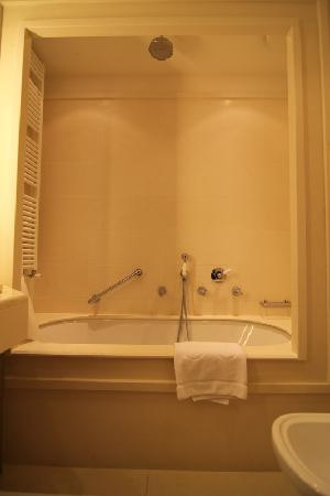 Grand Hotel Savoia: Bath with rain shower