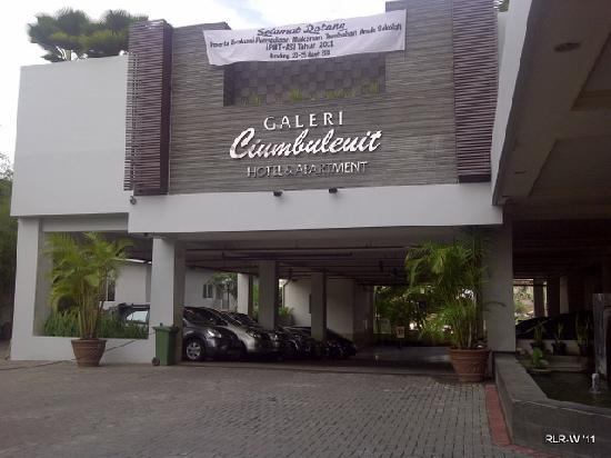 Galeri Ciumbuleuit Hotel & Apartment: The pool is above the carpark