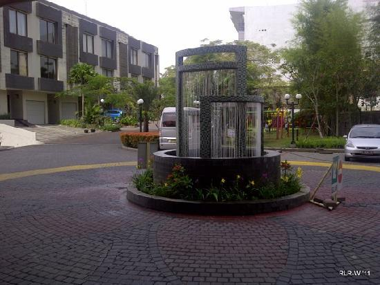 Galeri Ciumbuleuit Hotel & Apartment: The entrance fountain