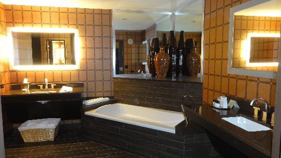 Golden Nugget Hotel: Our huge bathroom