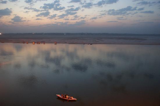 Ajay Guest House: 部屋からみた日の出前のガンジス川
