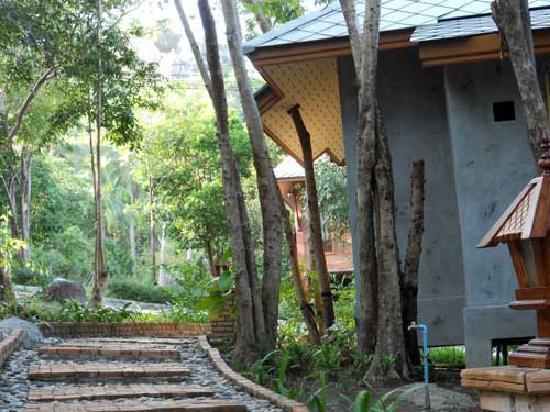 Tanote Villa Hill: Garden Villa walk