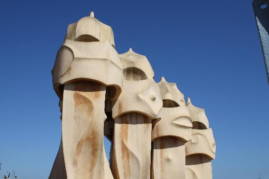Barcelona, Espanha: On the rooftop of Gaudi's La Pedrera.