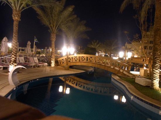 InterContinental Aqaba Resort : the pool at night