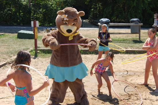 Yogi Bear's Jellystone Park at Natural Bridge: Hula Hooping with Cindy Bear