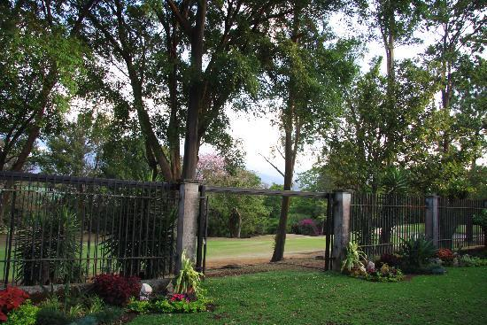 Terrazas de Golf Boutique Hotel: Through the garden gate - more greenery