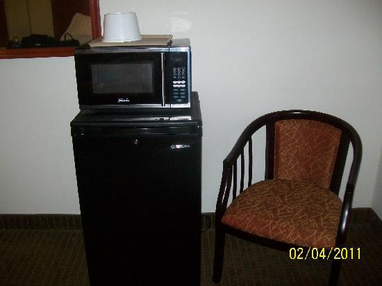 Quality Inn & Suites: microwave in room