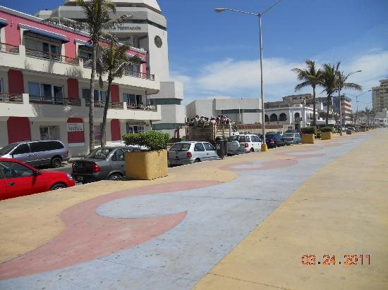 Hotel la Siesta: Walkway across the street