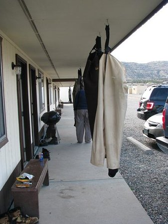 Navajo Dam, Nuevo Mexico: Outside of rooms with waders drying after fishing.